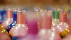 Les bouteilles sur la chaîne de production