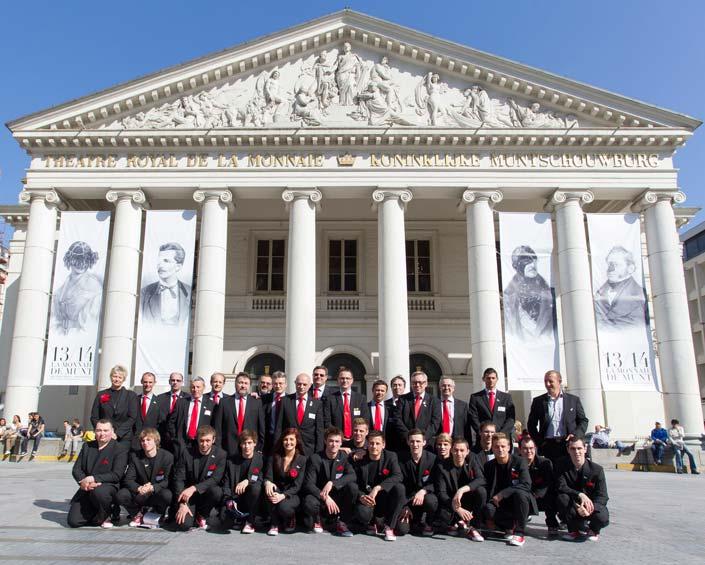 L'équipe belge devant La Monnaie