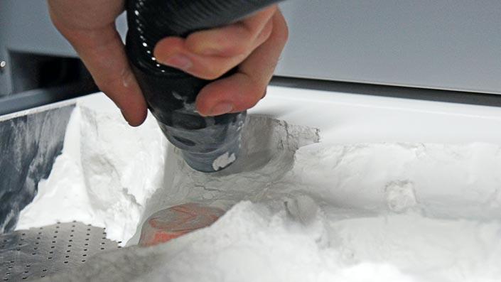 Accessoire indispensable de la Projet 660, l'aspirateur permet de dégager les objets imprimés de leur gangue de poussière.