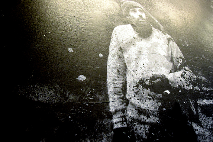 Denis Meyers est né en 1979 à Tournai. Artiste, typographe urbain, il se forme à La Cambre mais également dans le sillage du graphiste Lucien De Roeck (affiche de l'expo 58), son grand-père. Cliché de la photo de © Sébastien Alouf